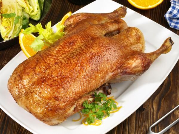Entenbraten mit Apfelfüllung, Sauce, Apfelrotkohl und Salzkartoffeln (1 Ente für 2 Personen)